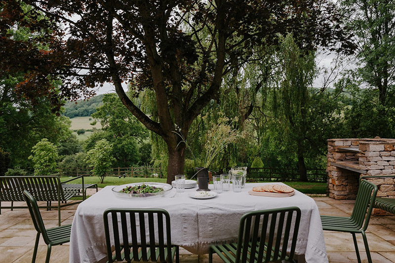 Chambre d'hôtes Cotswold Farm Hideaway (Grande Bretagne) // Terrasse avec salon de jardin vert, Palissade, design : R & E Bouroullec pour Hay