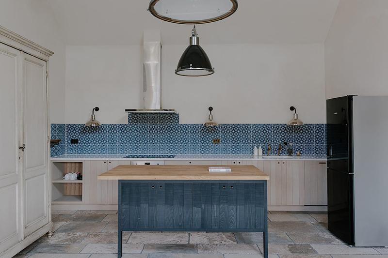 Chambre d'hôtes Cotswold Farm Hideaway (Grande Bretagne) // Cuisine signée deVOL et crédence graphique bleue