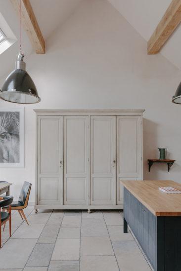 Chambre d'hôtes Cotswold Farm Hideaway (Grande Bretagne) // Armoire parisienne peinte