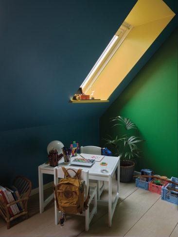 The Nordic Edit par Farrow and Ball // Plafond : Chinese Blue No.90 - Murs : Danish Lawn No.9817 - Corniche : Babouche No. 223