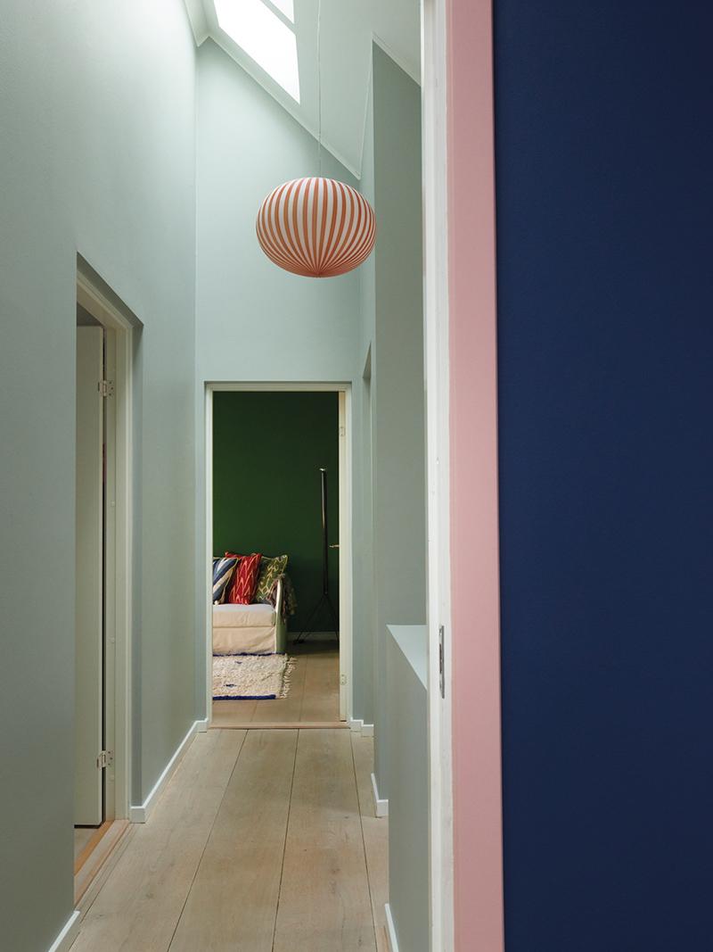The Nordic Edit par Farrow and Ball // Murs : Light Blue No.22, Serge No.9919 et Potted Shrimp No.9906