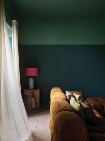 The Nordic Edit par Farrow and Ball // Le plafond est peint avec la teinte Arsenic No.214 et les murs Mere Green No.219