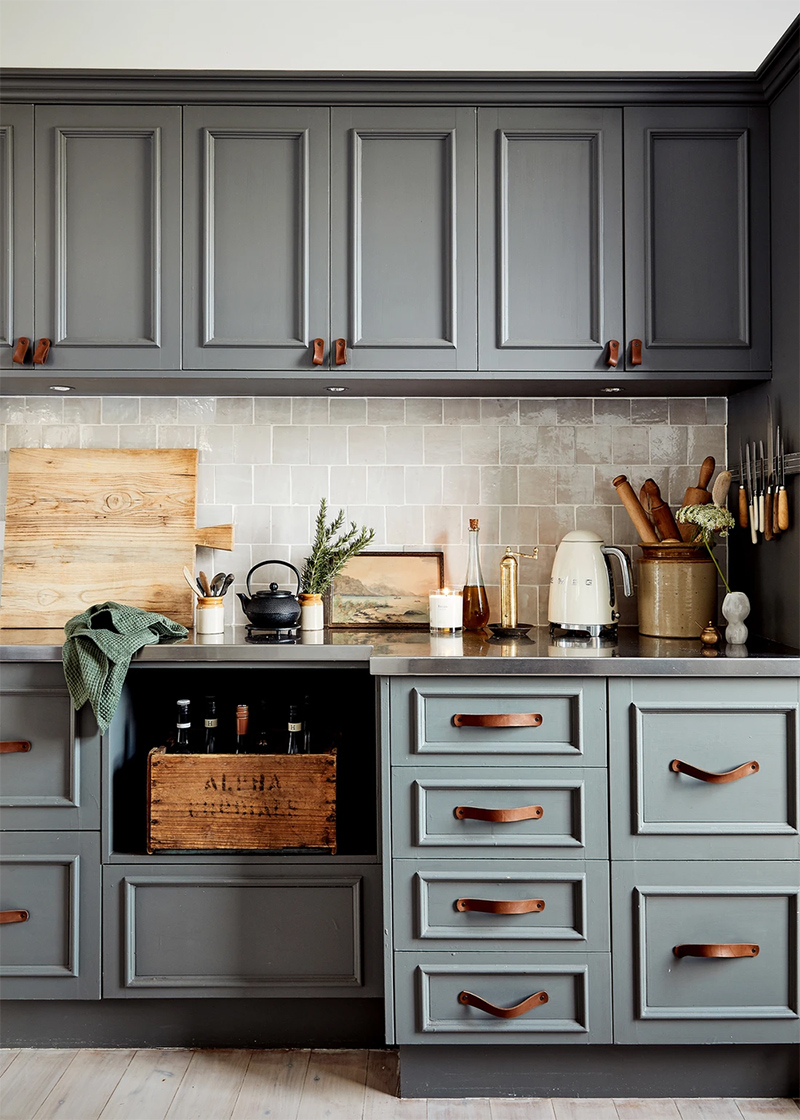 The Repose, chambre d'hôtes Dubbo, Australie // Une cuisine peinte en gris avec des poignées en cuir.