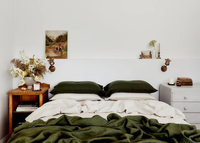 The Repose, chambre d'hôtes Dubbo, Australie // Chambre avec tables de nuit vintage et jolie déco chinée