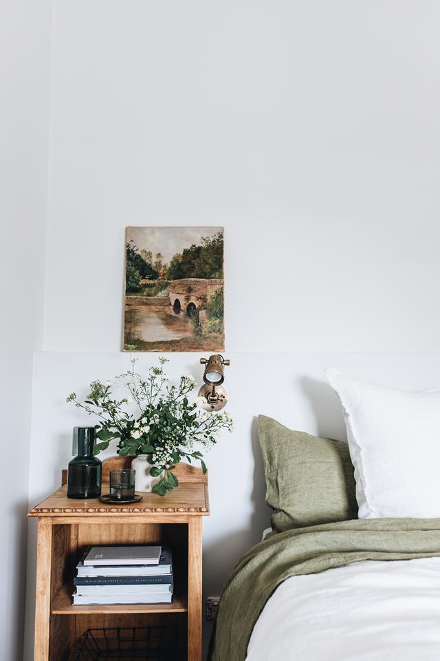 The Repose, chambre d'hôtes Dubbo, Australie // Chambre avec table de nuit vintage et jolie déco chinée