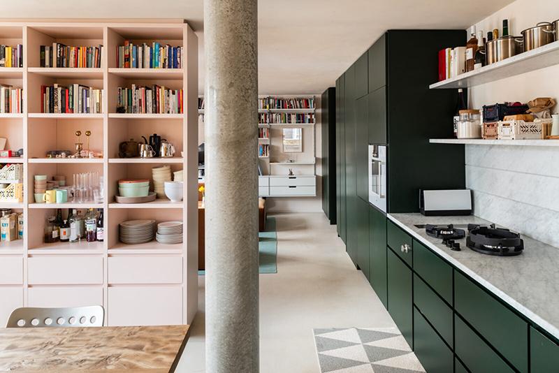 L'aménagement d'un appartement tout en longueur // La cuisine en vert forêt court le long du mur du fond