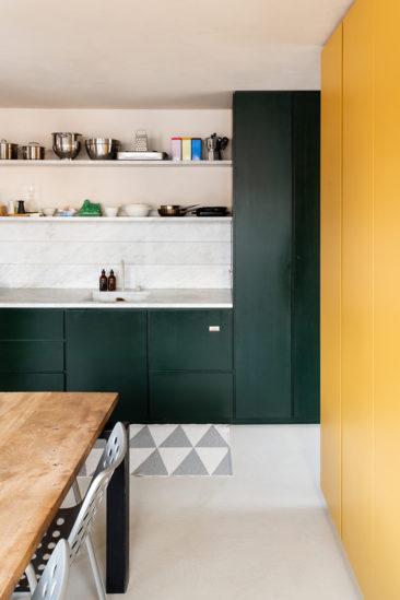 L'aménagement d'un appartement tout en longueur // La chambre et la salle à manger, séparées par un meuble sur-mesure jaune