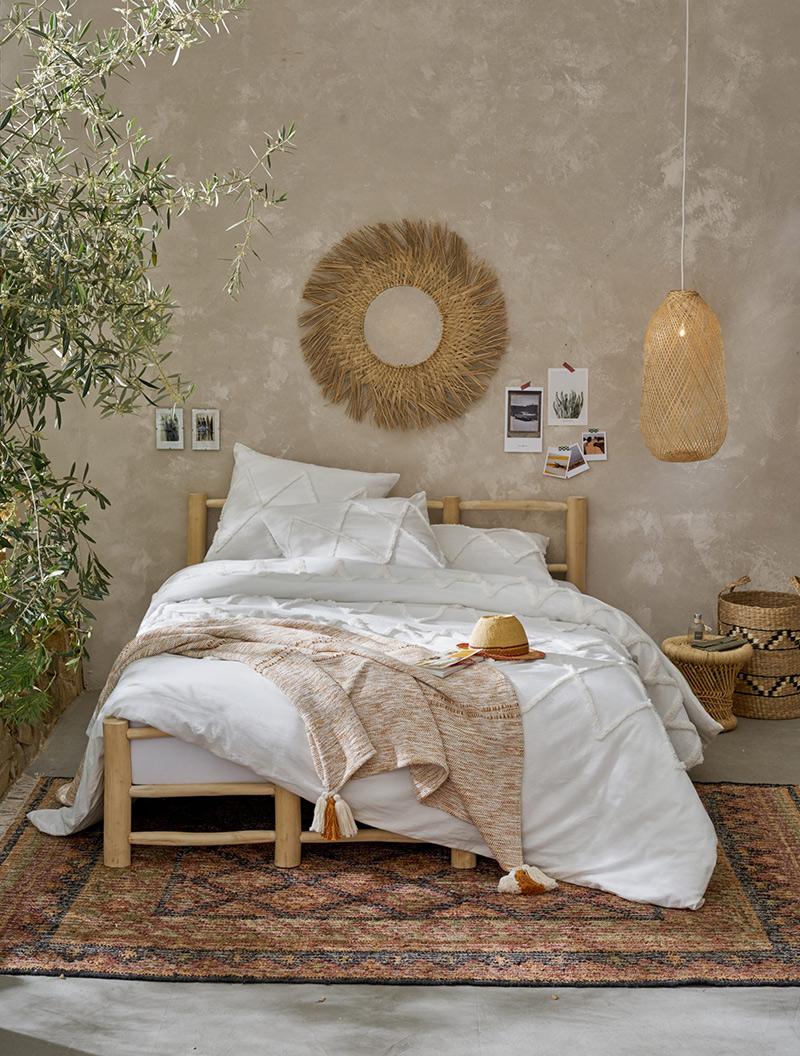 """Catalogue La redoute Intérieurs - Chambre de style """"bohème"""" avec une suspension en bambou en guise de lampe de chevet"""