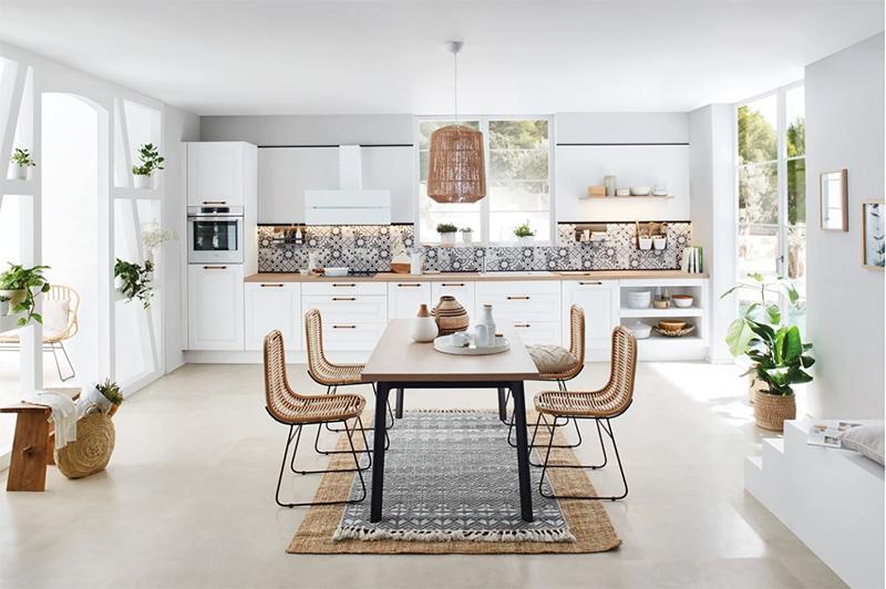 Bien implanter sa cuisine en fonction de sa configuration // Cuisine Plus - Modèle Vila blanc