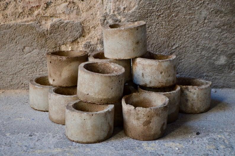 Pots vintage en béton au design brutaliste, esprit wabi sabi à acheter sur la boutique Etsy L'atelier belle lurette, 15 € le pot.