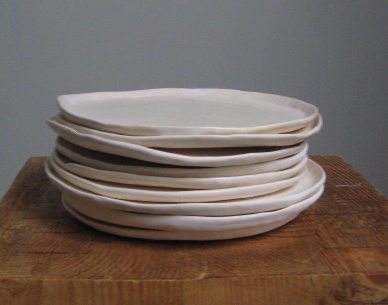 Assiettes en céramique, irrégulières, réalisées à la main sur la boutique Etsy Argiles, à partir de 14 €. Existent en différentes couleurs.