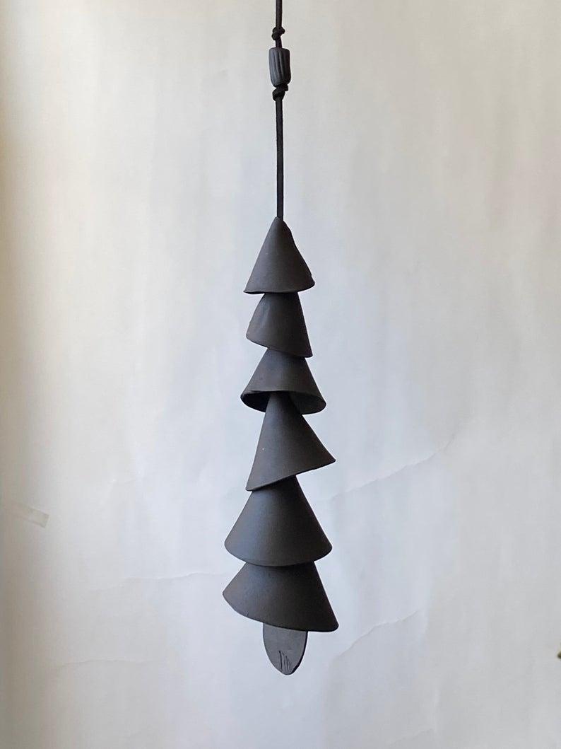 Carillon en céramique, argile noiresur la boutique Etsy ceramicpix,48,26 €, à suspendre seul ou en grappe, à l'intérieur comme à l'extérieur.