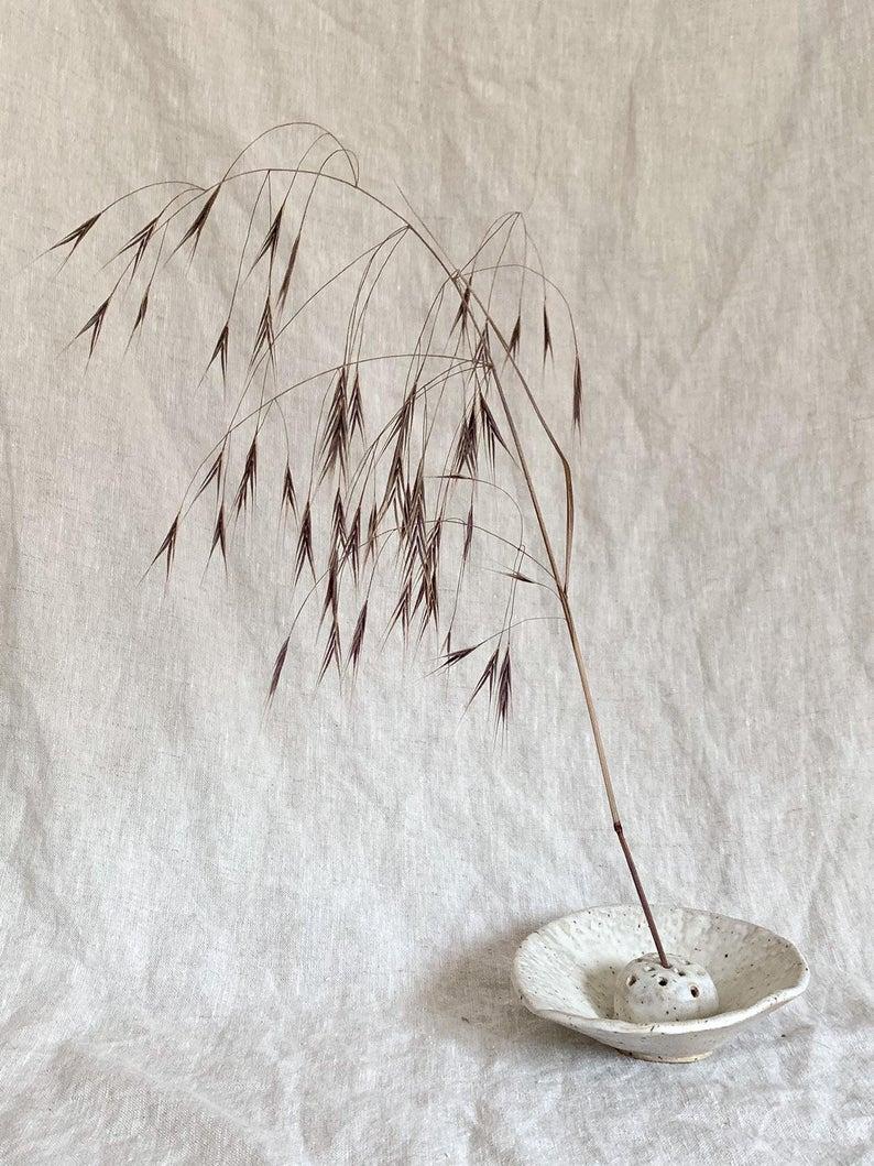 Ikebana en céramique pour mettre en valeur des graminées, sur la boutique Every Story Studio, 58,32 €.