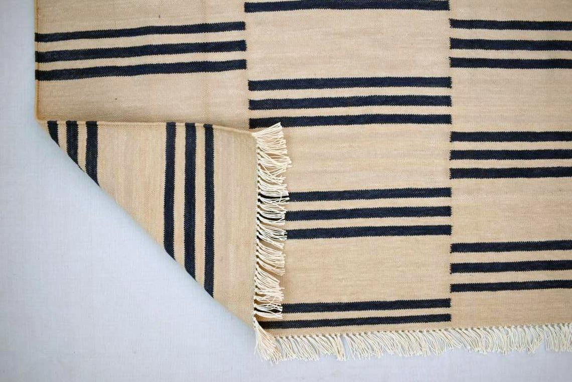 Kilim à rayures bleu et blanc, à partir de 93,53 € en 90x150 cm sur la boutique Etsy Sahjad Carpets.