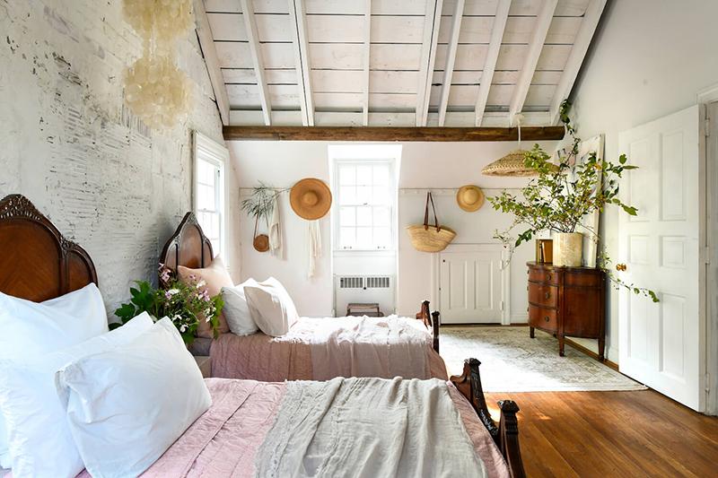 The Cottage par Leanne Ford - Décor rustique et éclectique - Chambre d'enfants avec double lits
