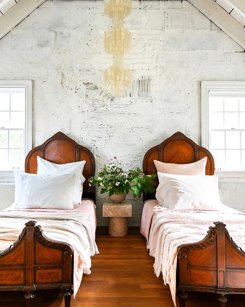 The Cottage par Leanne Ford - Décor rustique et éclectique - Chambre d'enfants avec double lits vintage