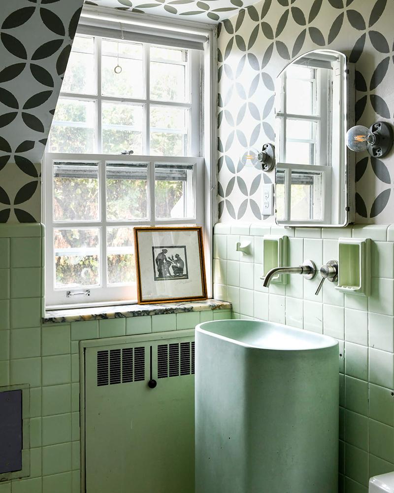 The Cottage par Leanne Ford - Décor rustique et éclectique - Salle de bains vintage vert d'eau, boostée par des motifs graphiques