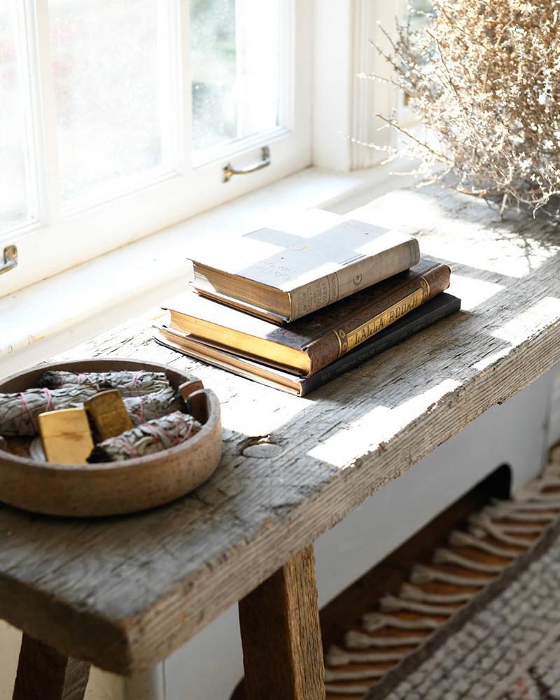 The Cottage par Leanne Ford - Livres posés sur un banc rustique