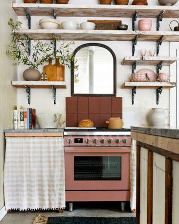 The Cottage par Leanne Ford - Décor rustique et éclectique - Le coin cuisine avec ses étagères en bois brut