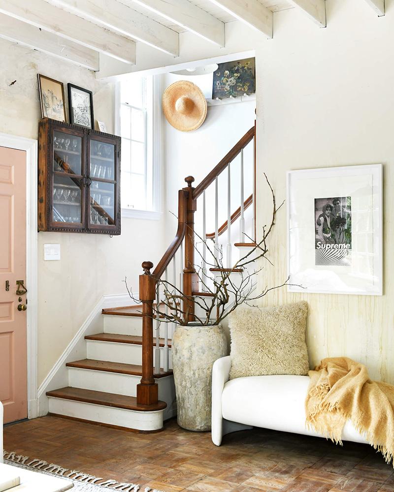 The Cottage par Leanne Ford - Décor rustique et éclectique - l'entrée avec sa porte rose