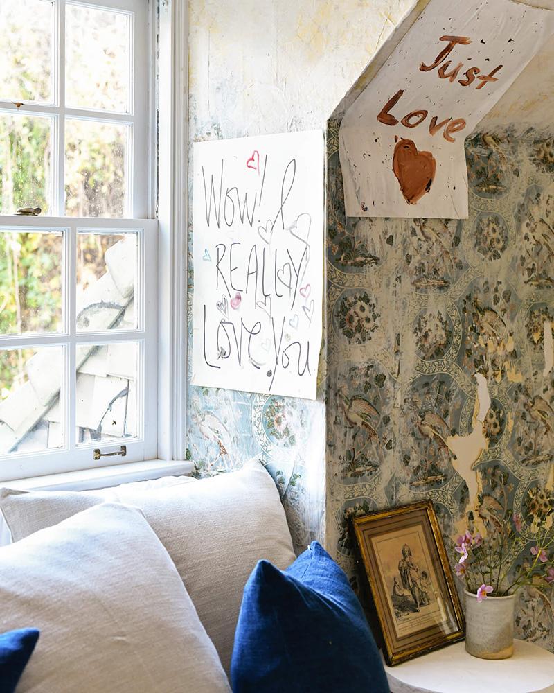 The Cottage par Leanne Ford - Décor rustique et éclectique - Chambre avec murs patinés