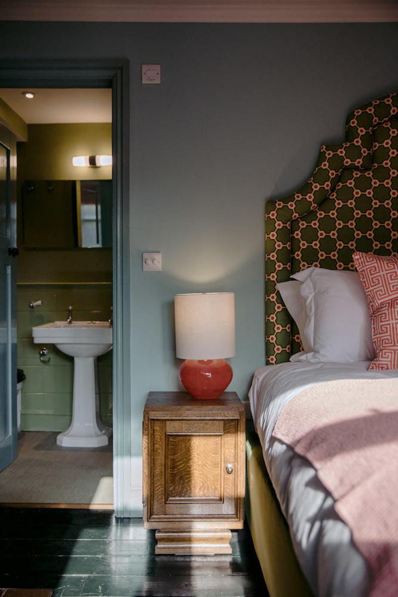L'hôtel The Rose Deal par Nicola Harding //  Tête de lit tapissé avec du tissu vintage
