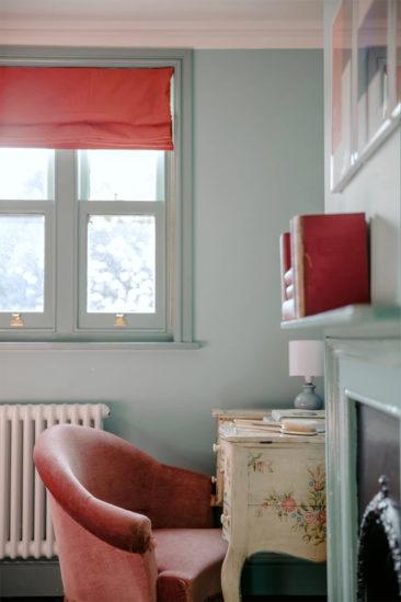 L'hôtel The Rose Deal par Nicola Harding // Chambre bleu aqua et fauteuil rose