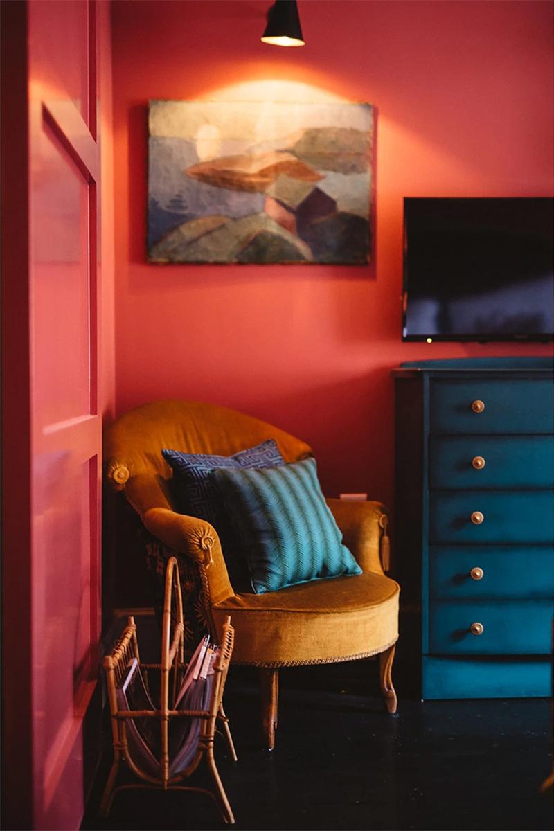 The Rose Deal par Nicola Harding // Une chambre rouge avec du mobilier vintage