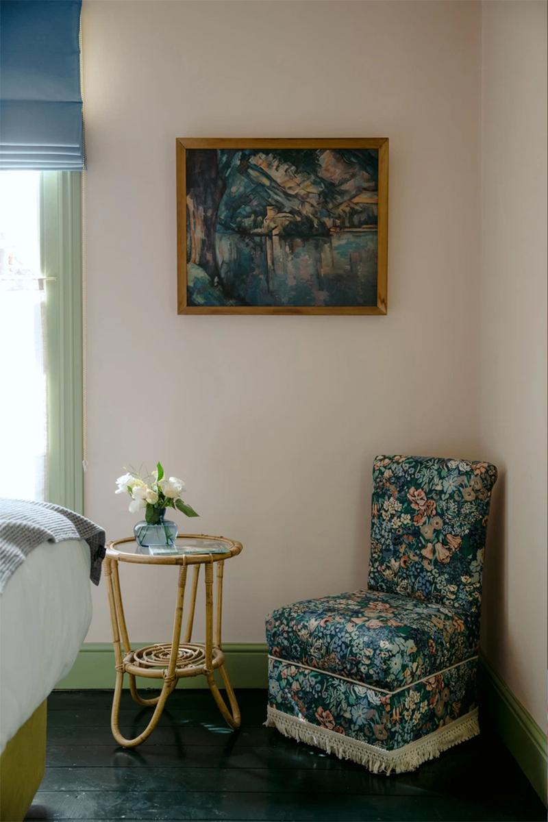 L'hôtel The Rose Deal par Nicola Harding //  Fauteuil tapissé de tissu vintage à fleurs pour un résultat actuel