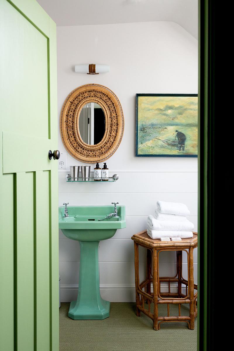 L'hôtel The Rose Deal par Nicola Harding // Salle de bain vintage, remis au goût du jour