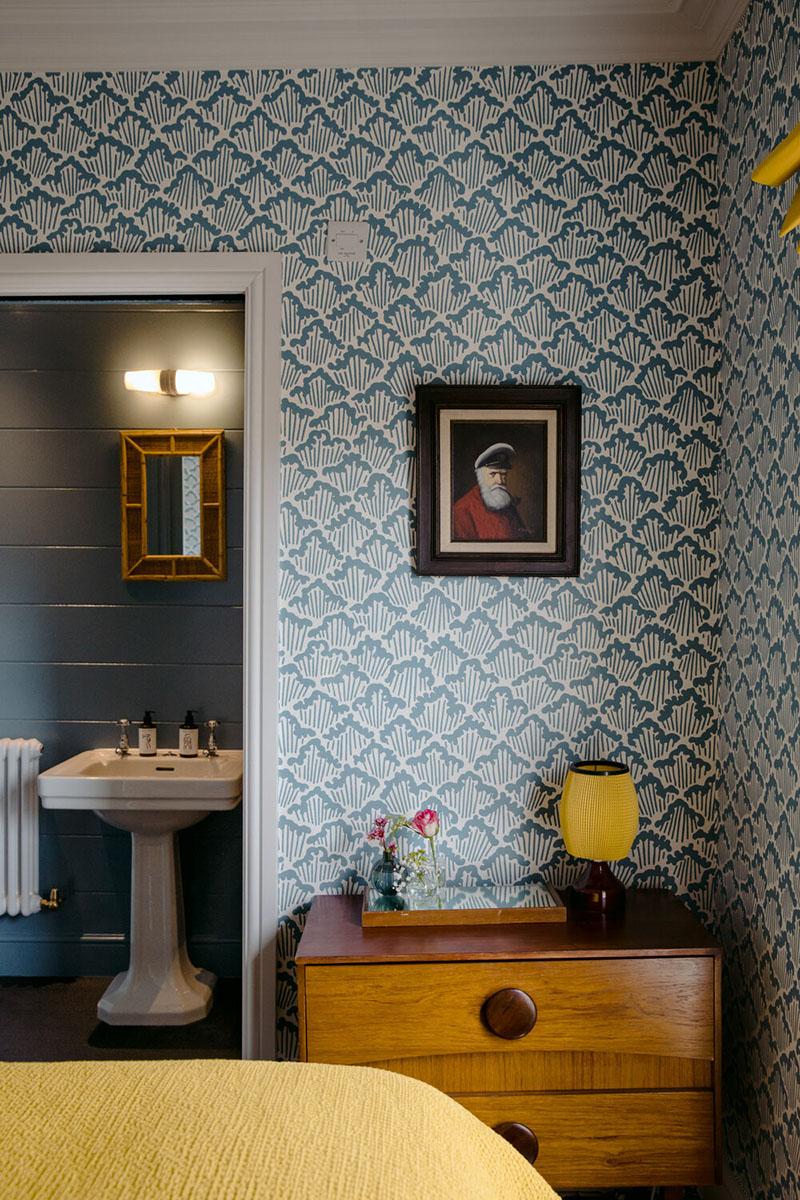 L'hôtel The Rose Deal par Nicola Harding //  Mise en scène de mobilier et objets vintage sur papier-peint Farrow&Ball