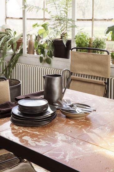 Catalogue Ferm Living SS2021 // Table en céramique terracotta, Flod Tiles