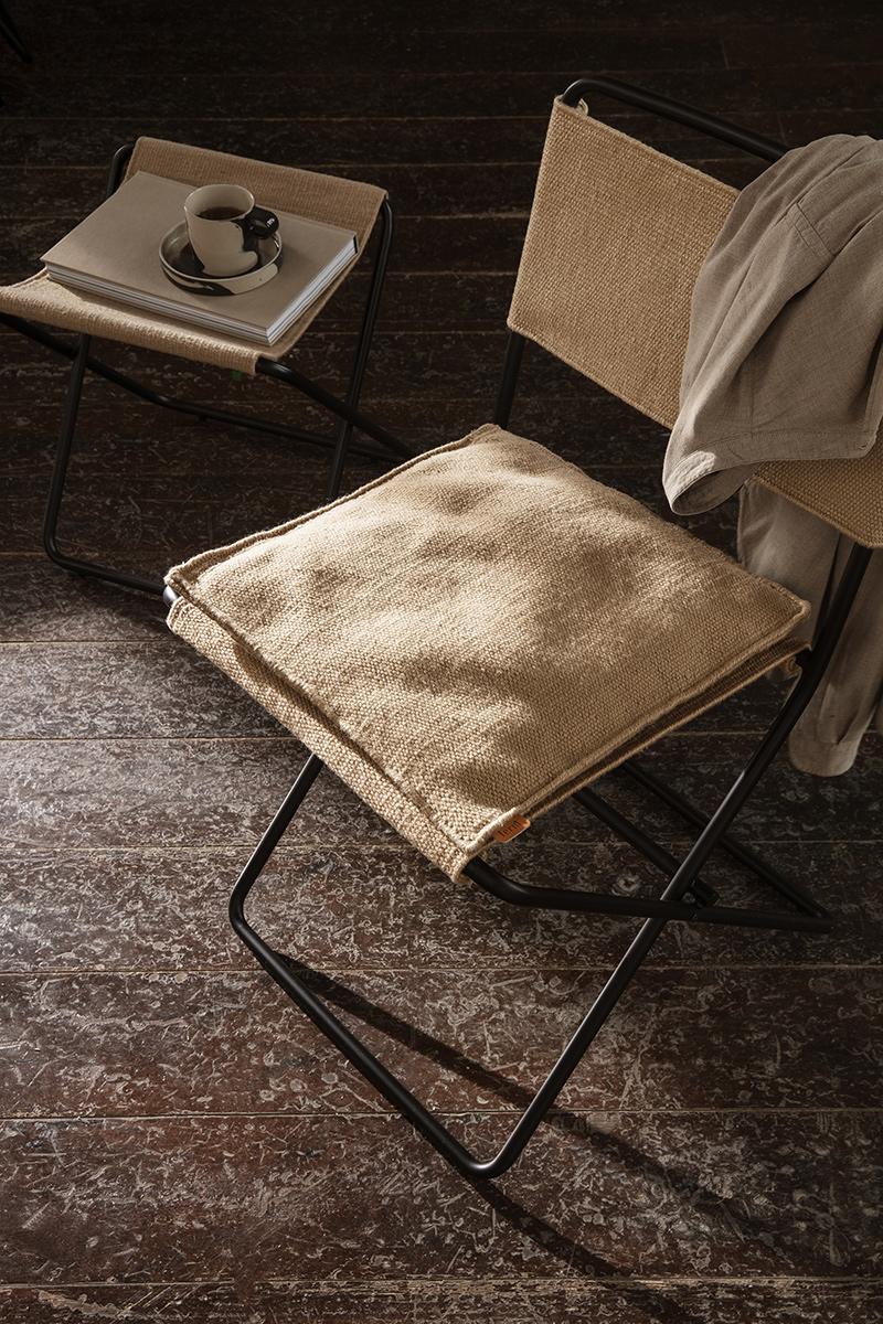 """Catalogue Ferm Living SS2021 // Chaise esprit """"camping"""", Desert et son coussin en plastique recyclé"""