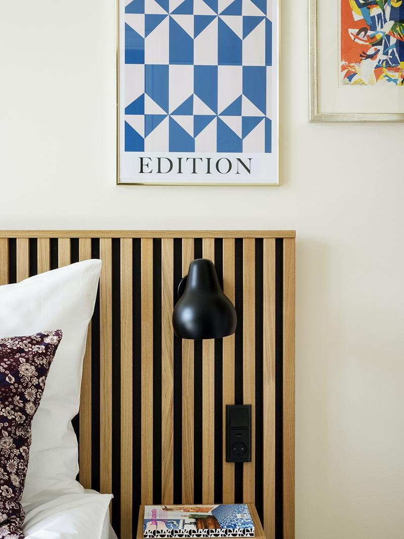 Décorez comme le Coco hotel à Copenhague ! // Tête de lit en latte de bois et des affiches graphiques