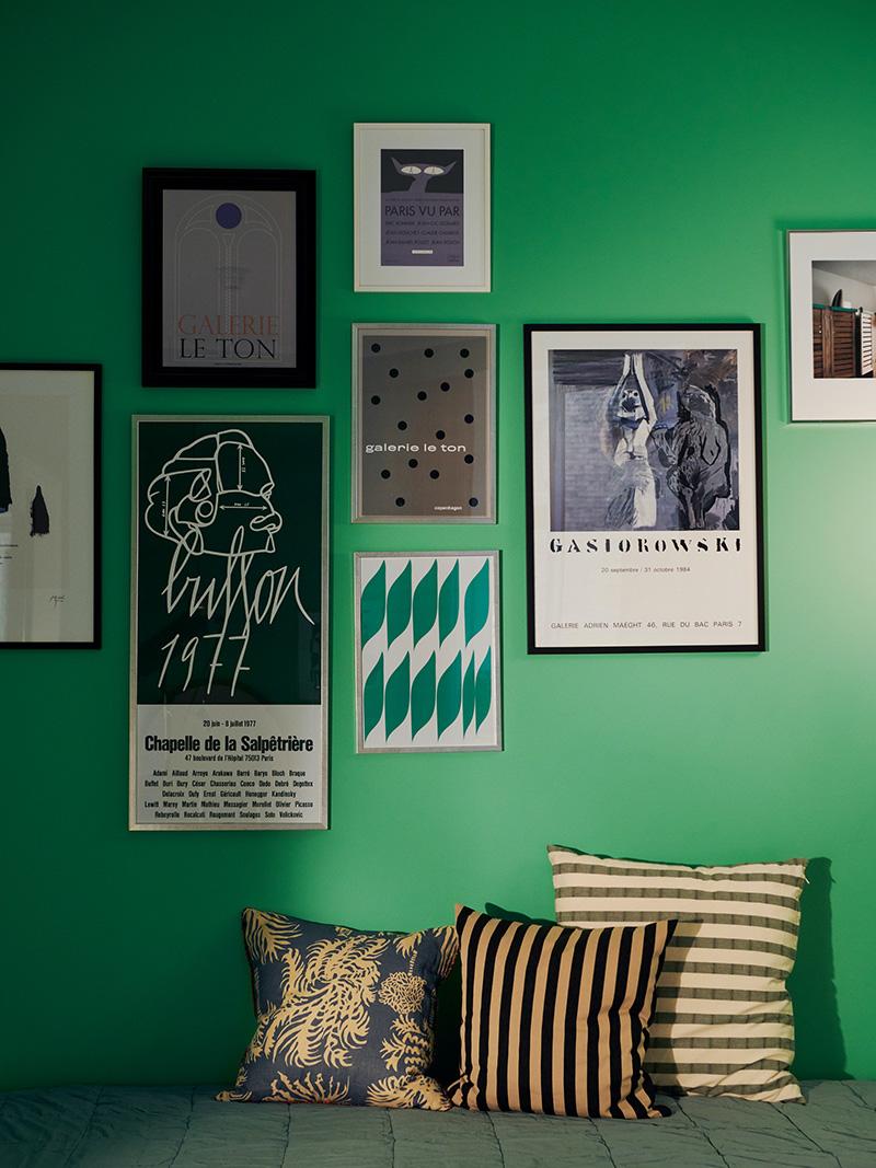 Décorez comme le Coco hotel à Copenhague ! // Mix and match de coussins et affiches graphiques sur un mur vert pétant