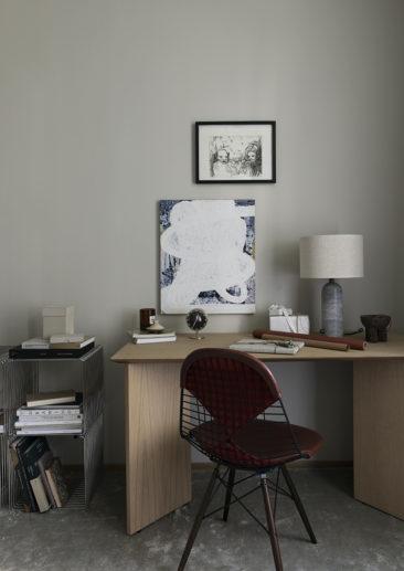 Un intérieur de style haussmannien rénové de façon contemporaine, twisté par du mobilier vintage