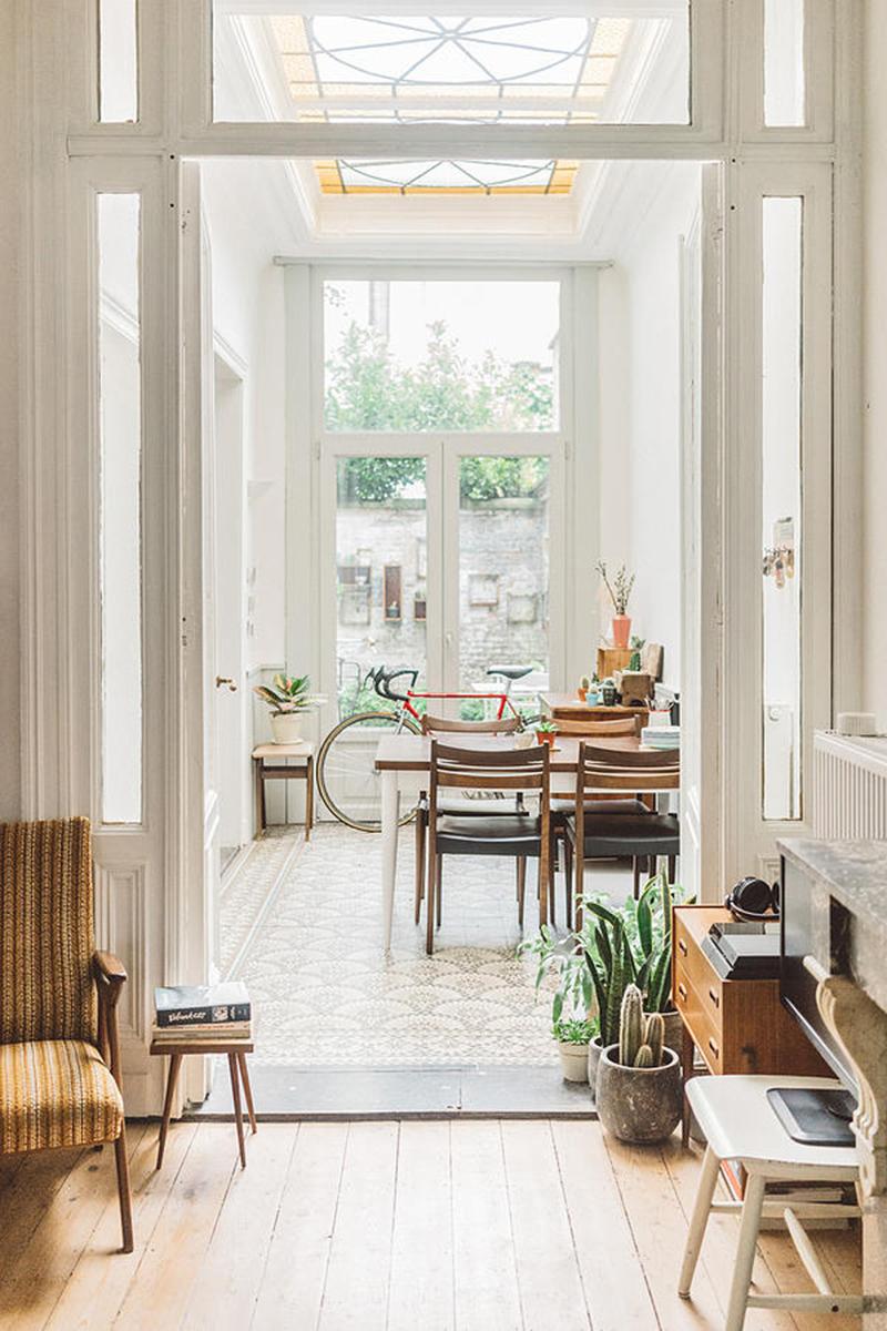 Le mélange de mobilier vintage vient moderniser cet intérieur au charme ancien