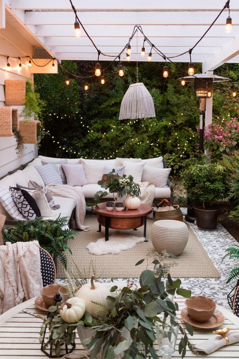 Pour un bon éclairage de terrasse, multiplier les points et les styles de luminaires // glitterinc.com
