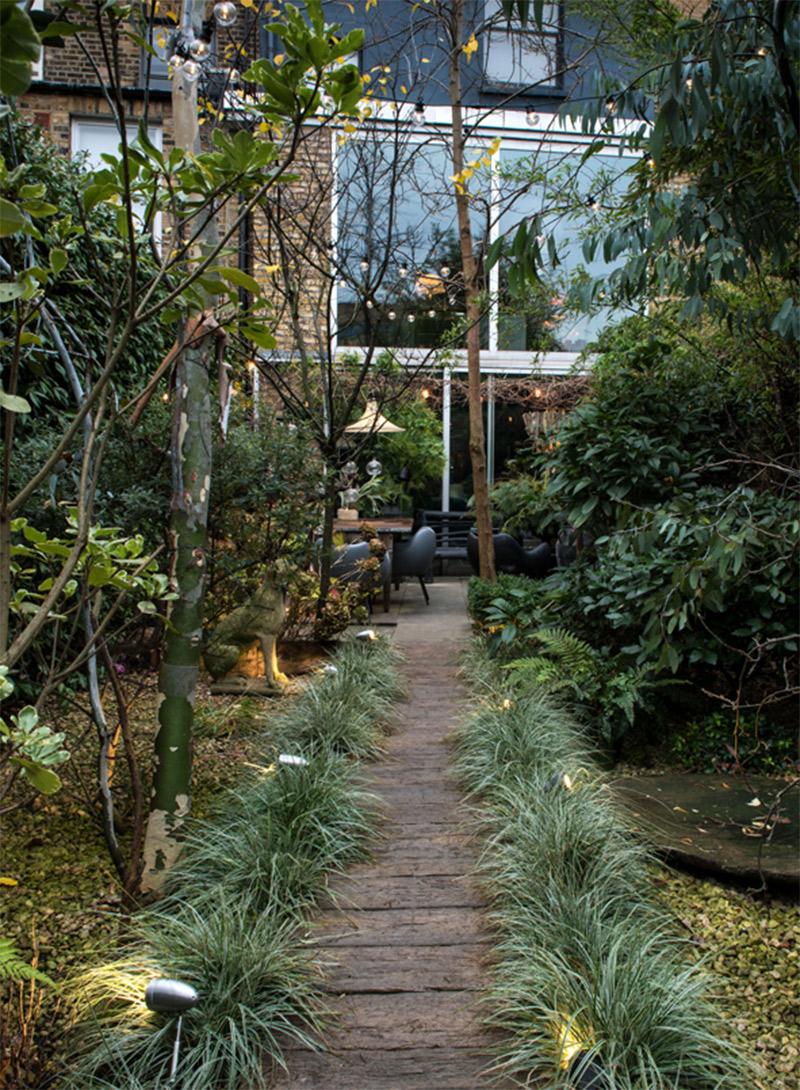 Penser l'aménagement extérieur comme une pièce en plus // Le jardin londonien d'Abigail Ahern
