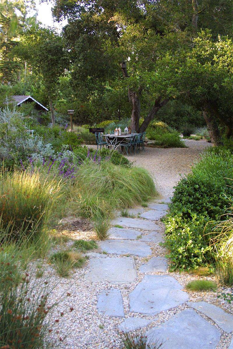 De l'importance de mettre en lumière la végétation pour sublimer son jardin // Montecito French Country Garden