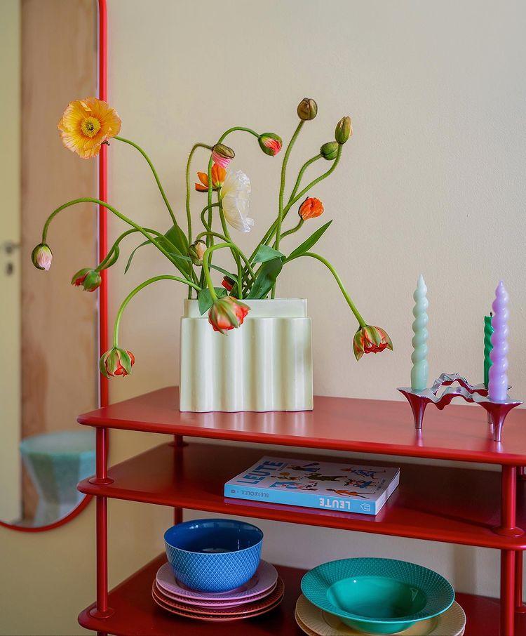 Pour un intérieur stylé, mettez des fleurs dans des vases design // @swantjeundfrieda