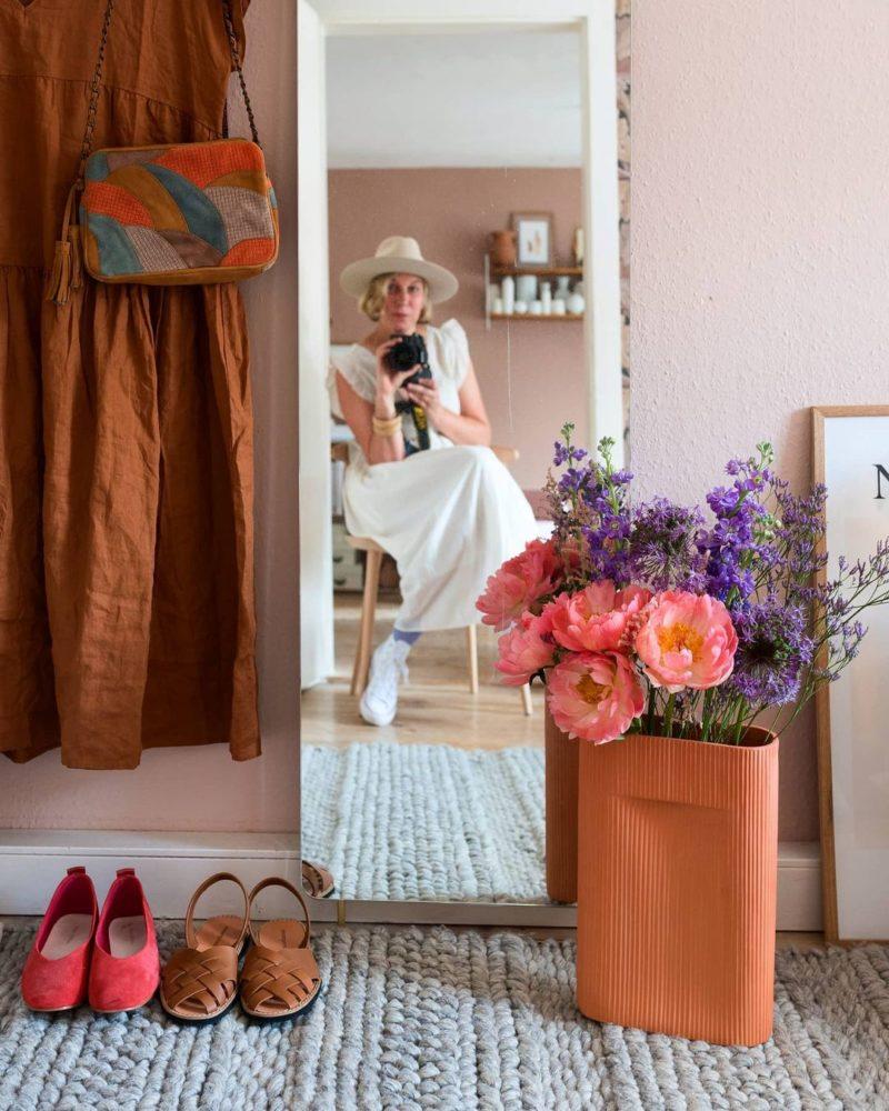 Pour un intérieur stylé, mettez des fleurs dans des vases design // @wunderblumen