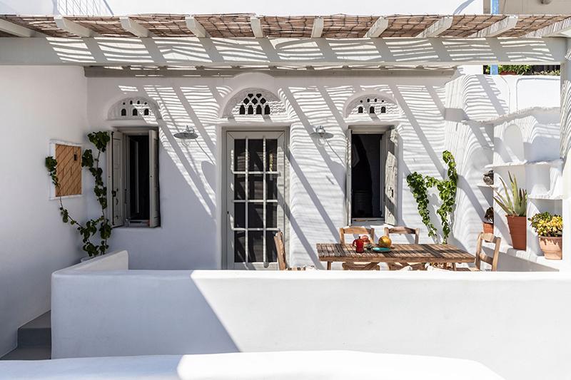 Une maison à Tinos par Bobotis architects // Terrasse protégée de canisses