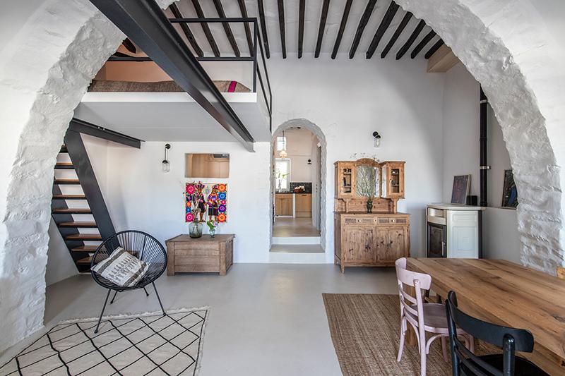 Une maison à Tinos par Bobotis architects // Un intérieur rénovée tout en respectant le style de cette maison traditionnelle