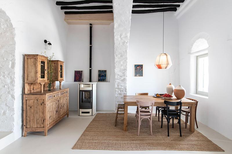Une maison à Tinos par Bobotis architects // Une décor simple, meublé de mobilier chiné et de pièces design pour le côté moderne