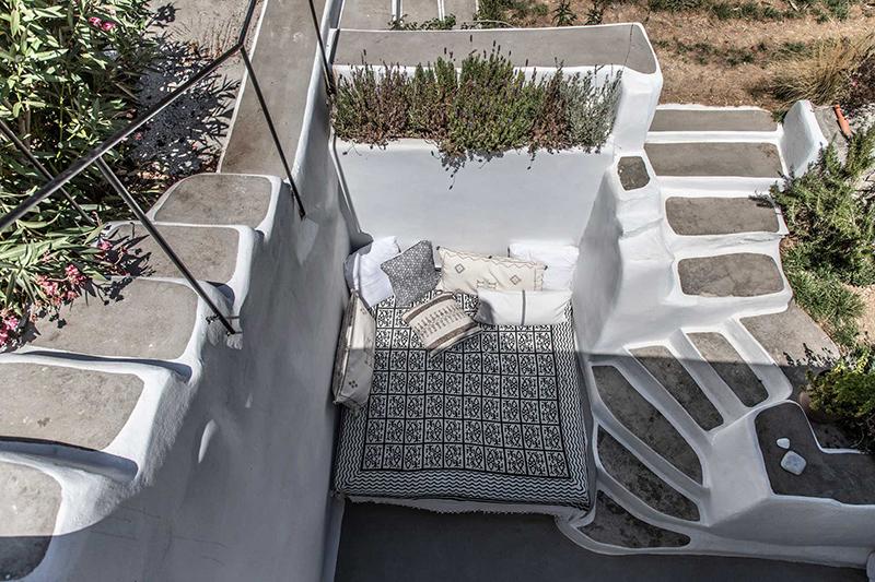Une maison à Tinos par Bobotis architects // Une banquette extérieure a été aménagée à l'abris des vents du nord