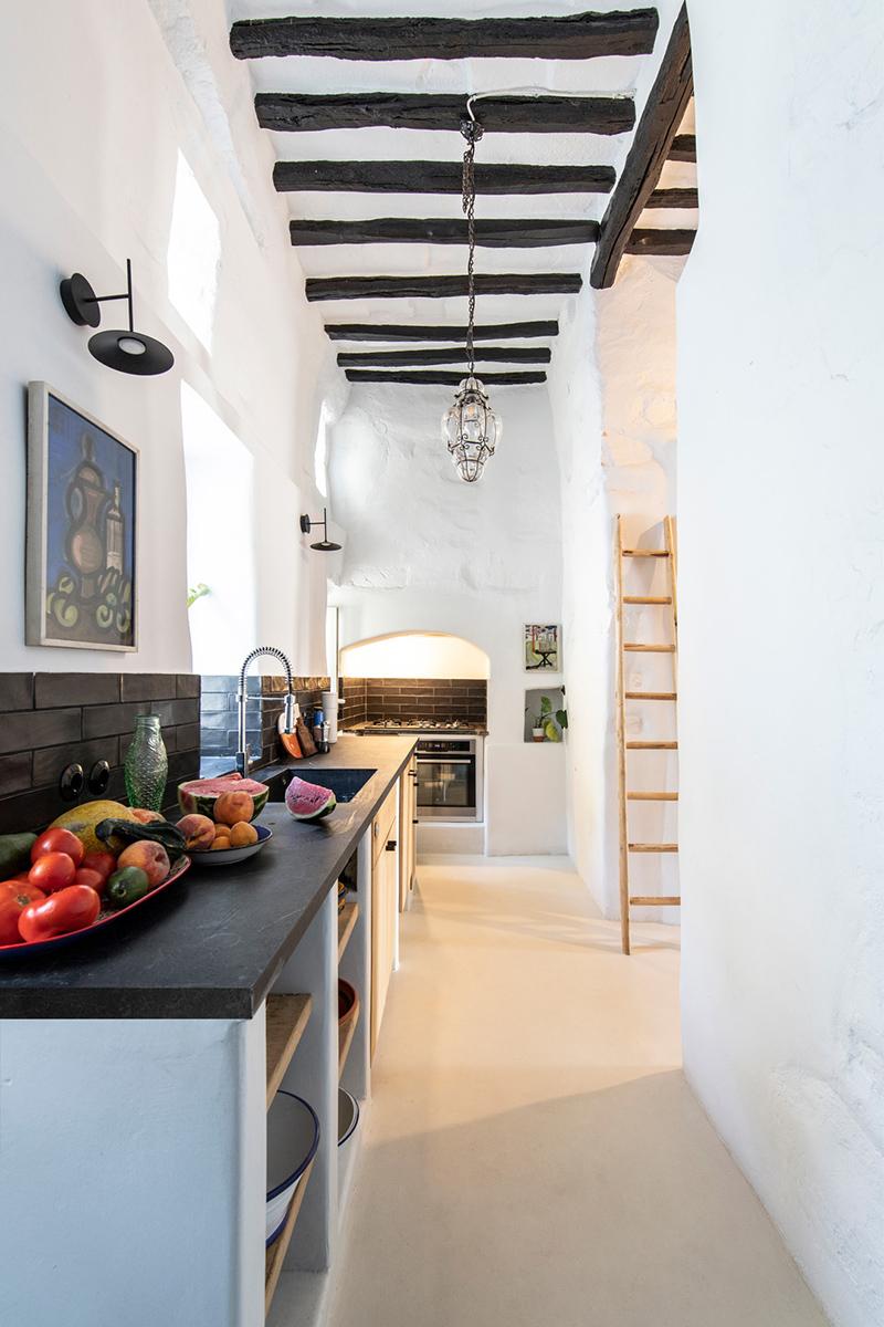 Une maison à Tinos par Bobotis architects // Une cuisine moderne et agrandie