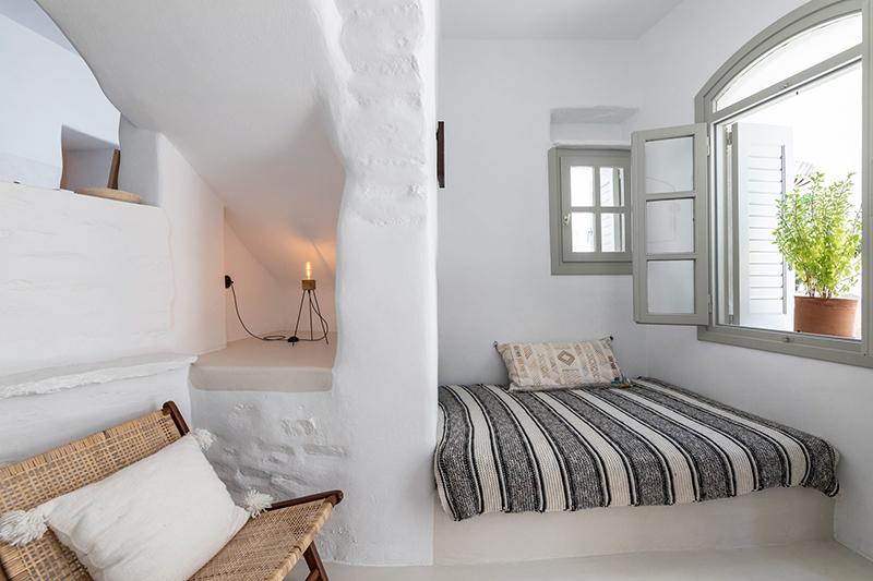 Une maison à Tinos par Bobotis architects // Dans l'entrée, aménagement d'une banquette