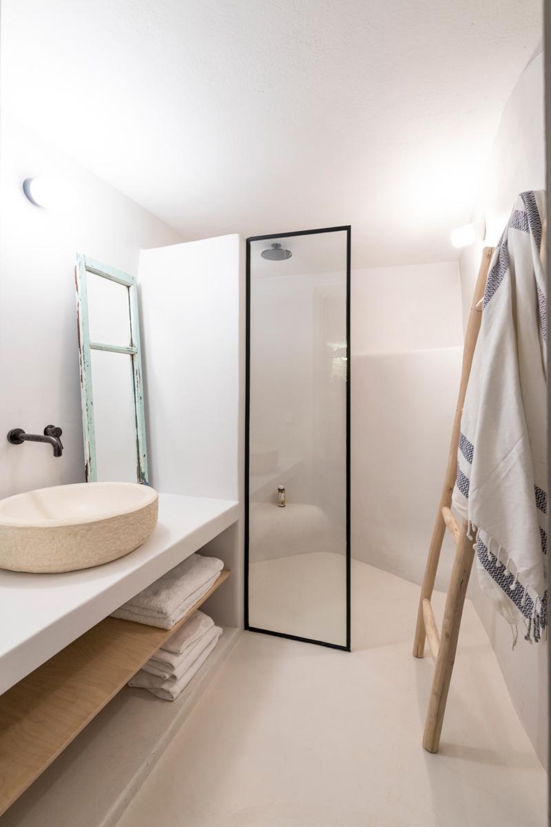 Une maison à Tinos par Bobotis architects // Salle de bain minimaliste méditerranéen