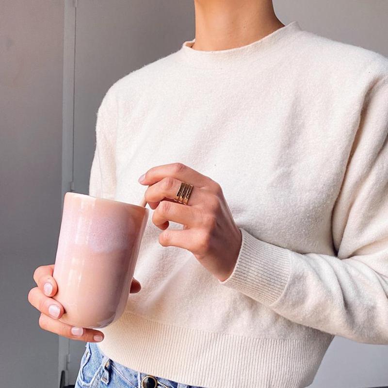 Tasse haute rose poudré, en grès, fait-main sur la boutique Clay craft Paris